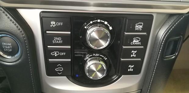 Toyota Land Cruiser 2.8 D-4D Premium TSS interijer 05