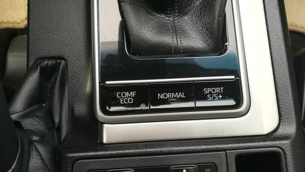Toyota Land Cruiser 2.8 D-4D Premium TSS interijer 06
