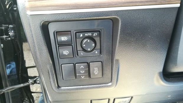 Toyota Land Cruiser 2.8 D-4D Premium TSS interijer 09