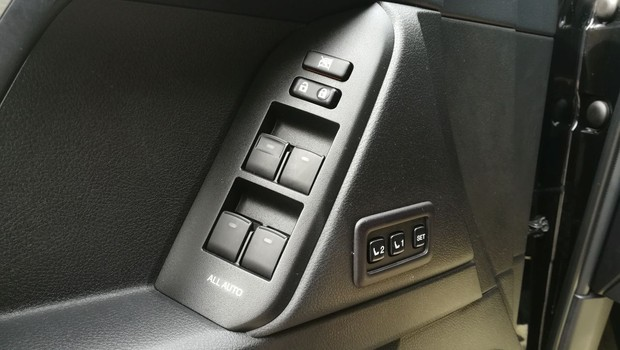 Toyota Land Cruiser 2.8 D-4D Premium TSS interijer 10