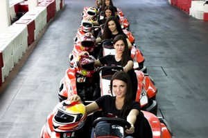 Atraktivne hostese i karting